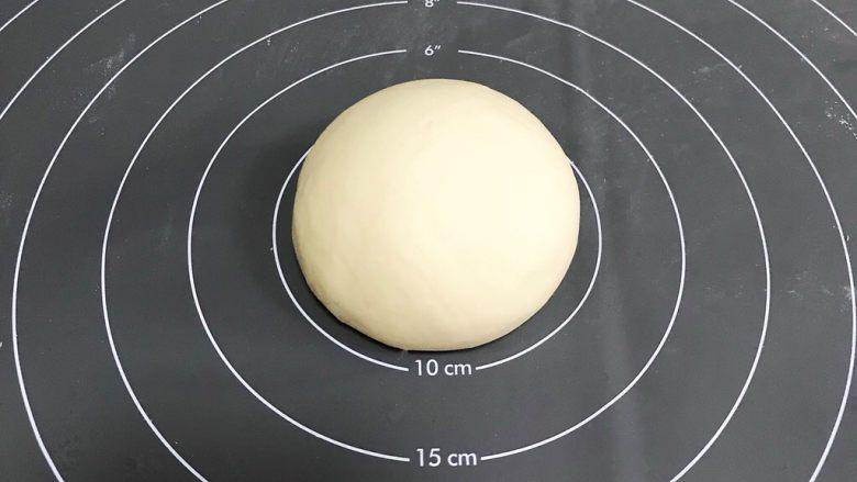 粽子表情包馒头,把面团揉至光滑,切开面团是没有气孔的,就说明揉到位了。