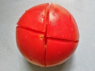 番茄火腿意面,番茄顶部划十字架。