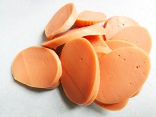 番茄火腿意面,将火腿斜切片,西兰花切小朵。
