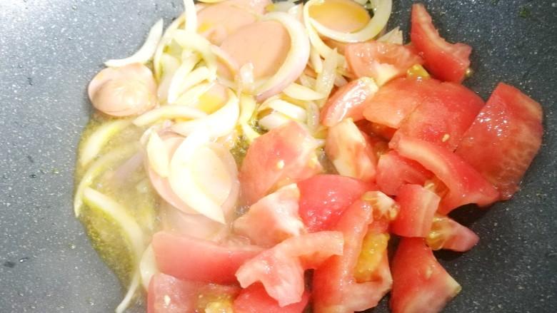 番茄火腿意面,加番茄炒出汁水。