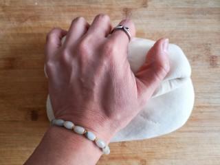 粽子饼夹&肉末梅干菜,醒发好的面团取出后再次揉光排气。