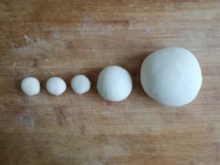 粽子饼夹&肉末梅干菜,将面团按使用大小分成5块。最大的白色面团放一边盖好保鲜膜备用。