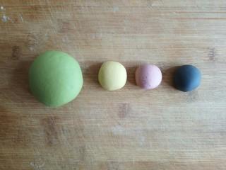 粽子饼夹&肉末梅干菜,剩余4块面团分别加入菠菜粉,南瓜粉,红曲粉,竹炭粉揉成彩色光滑面团。