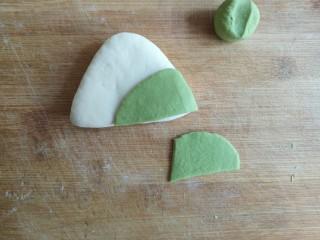 粽子饼夹&肉末梅干菜,将牛舌对折(刷油面朝内相对),造型成三角形,用绿色面团造型成粽叶,用水贴在三角形上。