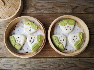 粽子饼夹&肉末梅干菜,将全部造型好的粽子饼夹放入蒸笼,上锅隔水大火蒸15分钟即可。