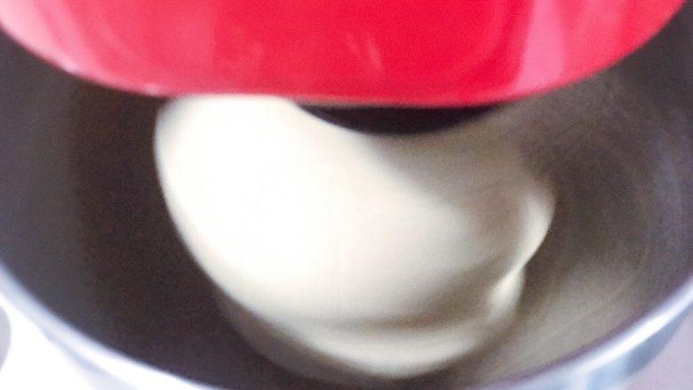 浅湘食光&红豆墨西哥,高粉300克,<a style='color:red;display:inline-block;' href='/shicai/ 865'>蜂蜜</a>3-5克,耐高糖酵母3克,冰水180克,用厨师机先1档,然后3或4档,搅拌