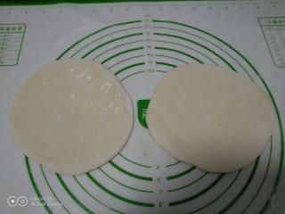 烙馍卷海鸭蛋、火腿、长豆角,平均分成2份,擀成薄片,均匀涂上油。