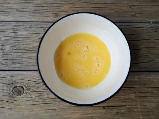 沒烤箱也要做烘焙——榴蓮酥,雞蛋打散成蛋液。