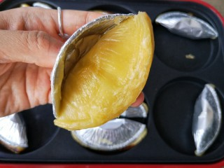 沒烤箱也要做烘焙——榴蓮酥,揭去蛋撻托。