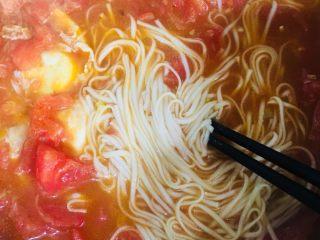 西红柿鸡蛋面,拌匀后即可出锅