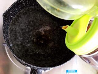 虫草花芝麻菜拌鸡丝,水开后加入少许料酒