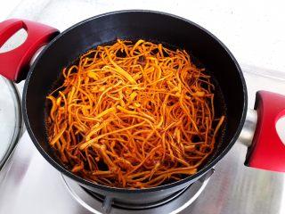 虫草花芝麻菜拌鸡丝,煮2分钟