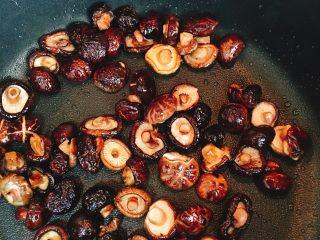 什么都来点的台式素粽,将香菇爆香。