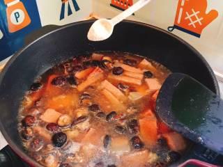 什么都来点的台式素粽,加入鲜味粉拌炒至水滚关火。