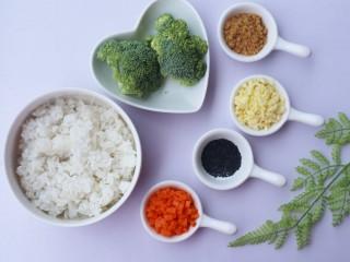 西兰花肉松芝士饭团,🍓准备食材🍓:米饭一碗,胡萝卜半根,肉松1大勺,西兰花100g,马苏里拉芝士碎适量,盐少许。