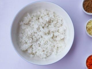 西兰花肉松芝士饭团,剩米饭倒入大碗中拌匀。
