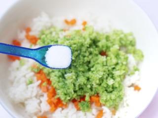 西兰花肉松芝士饭团,加一小勺盐。