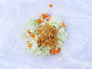西兰花肉松芝士饭团,按扁后加入肉松。