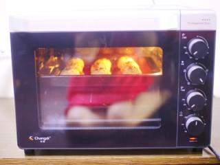 西兰花肉松芝士饭团,放入预热好的烤箱,200度上下火中层烤6分钟。