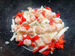 虾仁炒西兰花,加入蒜末炒出香味,再加入海鲜菇煸炒1分钟,加入红辣椒炒至断生。