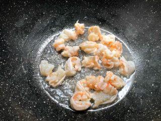 虾仁炒西兰花,热锅放入少许油,把腌制好的虾仁放入炒至8分熟。