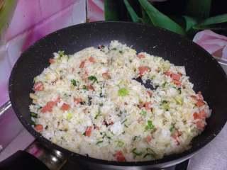 酱油什锦炒饭,倒入米饭炒散,炒至米饭松散至每一粒