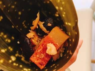 什么都来点的台式素粽,放入小香菇2-3朵、素肉、萝卜干少许。