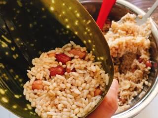 什么都来点的台式素粽,盖上一匙米并且压实。