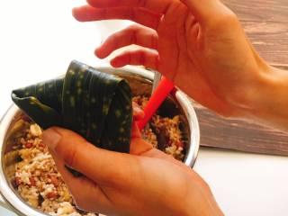 什么都来点的台式素粽,塑形后握紧。