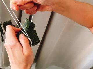 什么都来点的台式素粽,用粽绳将粽子绕2-3圈扎紧、打结(活结好开,死结可以用剪刀剪)。