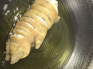 红烧猪蹄,油温六成热下锅炸