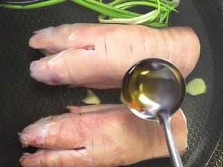 红烧猪蹄,放葱姜,料酒煮二十五分钟捞出洗净