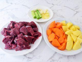啤酒炖牛肉,牛肉洗净切成小块,土豆去皮滚刀切块,胡萝卡去皮滚刀切块,葱切寸段,姜切片,蒜拍扁