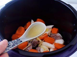 排骨山药胡萝卜汤,加入料酒