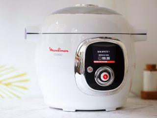 排骨山药胡萝卜汤,再盖上锅盖,选择《加压烹饪》模式,时间选择30分钟,然后选择立即启动