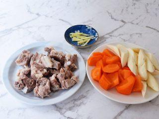 排骨山药胡萝卜汤,土豆去皮洗净滚刀切块,胡萝卜去皮洗净滚刀切块,姜切丝备用