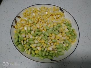 家常麦烧,青豆和玉米准备好。