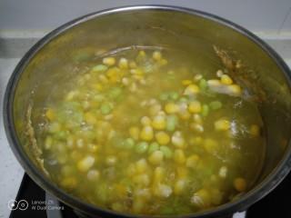 家常麦烧,锅中清水,放入玉米和青豆煮10分钟。