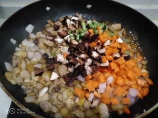 家常麦烧,搅拌均匀,放入配菜。