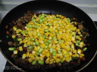 家常麦烧,放入煮熟的玉米和青豆。