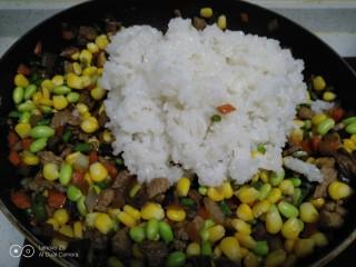 家常麦烧,放入蒸好的糯米。