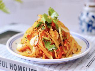红油拌莴苣,酸辣爽口开胃的红油拌莴苣就做好了,撒上少许黑芝麻就可以享用了。