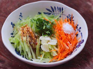 红油拌莴苣,这个时候放入切片的大蒜和香菜段,看见所有的食材和调料都加入后。