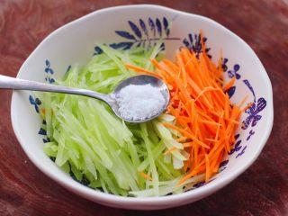 红油拌莴苣,这个时候先放入白糖。