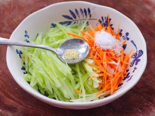 红油拌莴苣,加入鸡精增加口感。