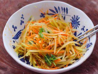 红油拌莴苣,混合搅拌均匀即可。