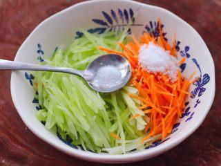 红油拌莴苣,再加入盐调味。