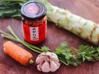 红油拌莴苣,首先把拌凉菜的食材备好。