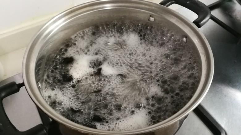 洋葱拌木耳,放入黑木耳烧开两分钟捞出来(喜欢软绵的口感可以多烧一点时间)