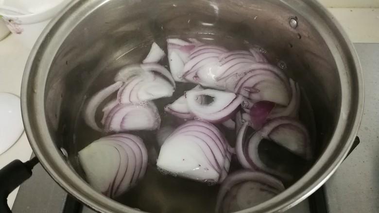 洋葱拌木耳,放入洋葱一秒立即捞出来,不然颜色不好看,也不脆